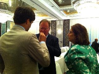 INLW Deputy President negociating with LI President Hans van Baalen in Manilla